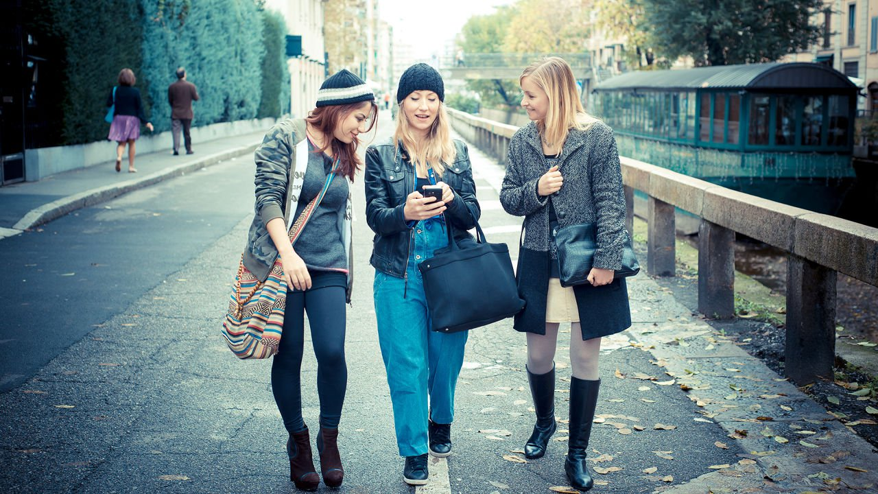 millennial-girls-walking